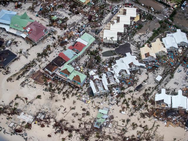Khung cảnh nhìn từ trên cao xuống hòn đảo Saint Martin hoang tàn sau cơn bão.
