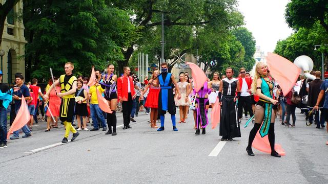 Các nghệ sĩ đã mang tới những màn trình diễn xiếc, nghệ thuật và âm nhạc tưng bừng qua từng góc phố quanh hồ Hoàn Kiếm.