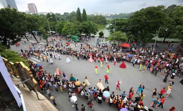 Nghệ thuật đường phố, sắc màu và âm nhạc đã khuấy động không khí vốn yên bình của Hồ Gươm.