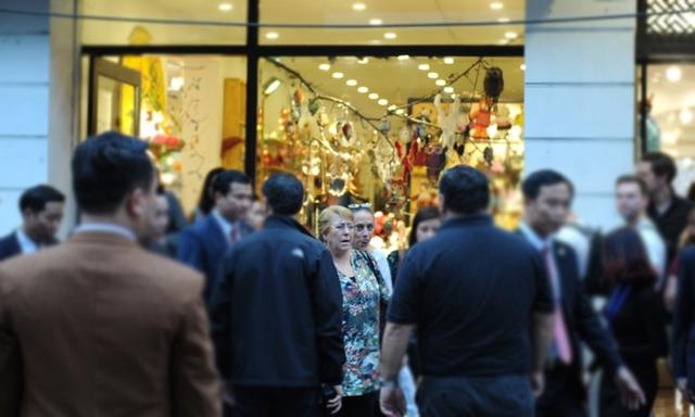 Đến thăm Việt Nam lần thứ 2 và dự Hội nghị Cấp cao APEC, chiều 8/11, Tổng thống Chile Michelle Bachelet đã dành thời gian thăm quan mua sắm tại phố cổ Hà Nội.