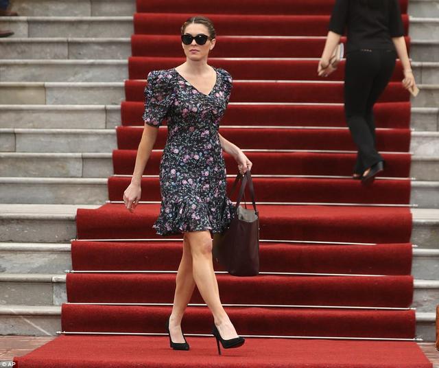 Hôm 12/11, khi tham gia cuộc họp báo giữa Tổng thống Donald Trump và Chủ tịch Việt Nam Trần Đại Quang ở Phủ chủ tịch, Hope Hicks lựa chọn phong cách nữ tính khi diện váy hoa đuôi cá tay bồng, đeo kính đen và đi giày cao gót đen. Chiếc túi xách cô sử dụng thuộc thương hiệu thời trang của Ivanka Trump.