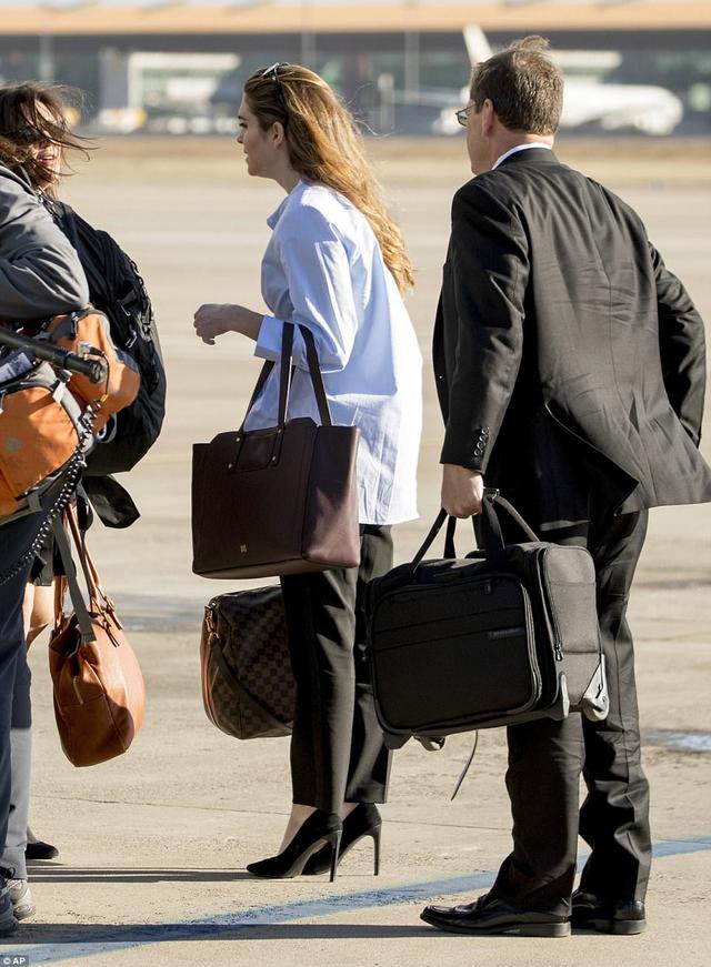 Hicks chọn phong cách thời trang sân bay thật đơn giản với sơ mi trắng, quần baggy đen và giày cao gót. Thanh lịch nhưng cũng rất cá tính.