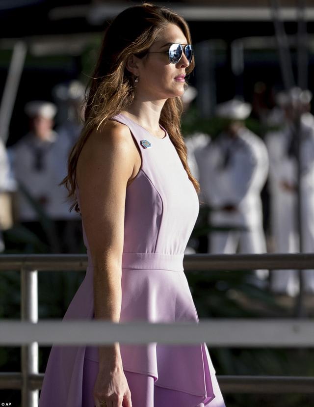 Nữ giám đốc truyền thông trẻ tuổi của Nhà Trắng từng chia sẻ: Những chiếc váy liền thân là lựa chọn dễ dàng nhất cho tôi. Tôi không phải nghĩ xem nến kết hợp đồ như thế nào. Chỉ cần chọn lấy một cái váy, thế là tôi có thể ra ngoài rồi.