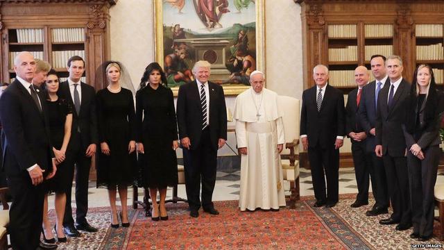 Hope Hicks (thứ 3 từ trái sang) và gia đình Trump trong buổi gặp gỡ Giáo hoàng Pope.
