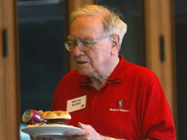 Dù là tỉ phú giàu hạng nhất thế giới nhưng Warren Buffett vẫn ăn sáng tại cửa hàng McDonalds hàng ngày.