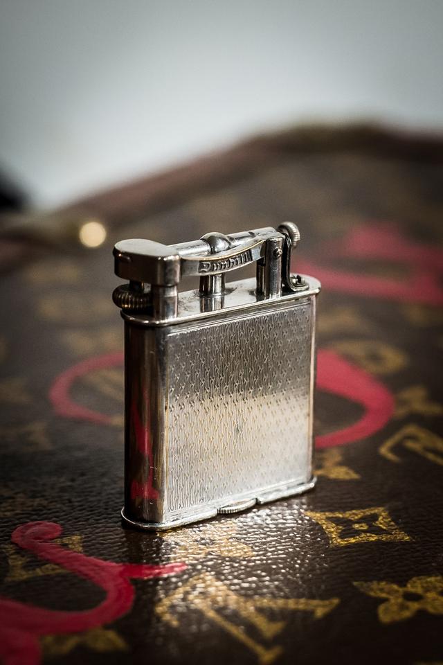 Một chiếc bật lửa Dunhill trong bộ sưu tập của Timothy Oulton được sản xuất từ năm 1930.