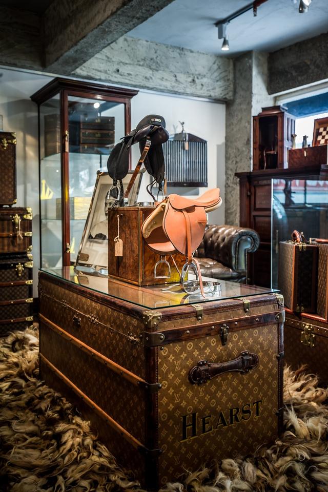 Phòng trưng bày những báu vật Dunhill của Timothy Oulton được thiết kế sang trọng với các rương, hòm mang nhãn hiệu Louis Vuitton.