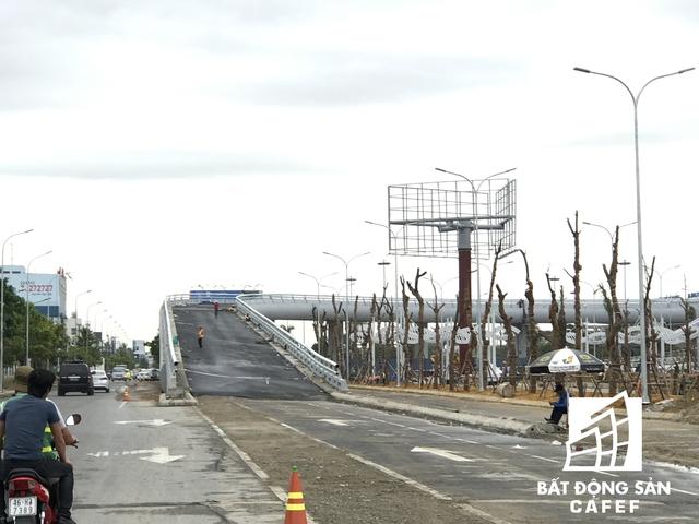 Hai đường dẫn lên xuống sân bay mới đã cơ bản hoàn thành, hiện đang lắp gạch hoa văn và trang trí toàn bộ tuyến đường.