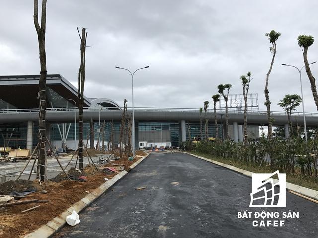 Khu vực mặt tiền sân bay đang được đầu tư khu công viên cây xanh, đường nội bộ và nhiều biểu tượng đặc trưng của Việt Nam.