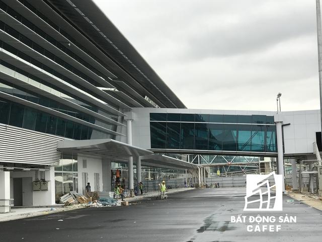 Hệ thống đường ống dẫn hành khách ra vào nhà ga sân bay.