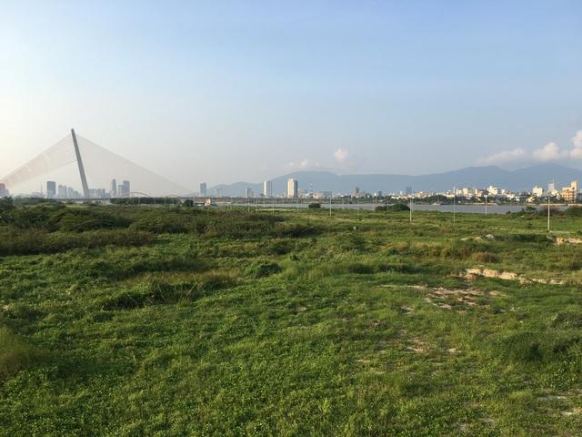 Tại vị trí mới không có nhiều cao ốc phía sau nên pháo hoa sẽ được phép bắn cao hơn, diện tích nổ rộng hơn. Khu cao ốc này sau khi hoàn thành cũng sẽ trở thành điểm nhấn cho Đà Nẵng vì thiết kế làm người ta liên tưởng tới Marina Bay Sands (Singapore).