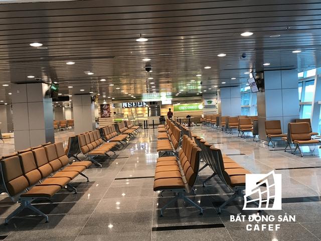 Khu vực hành khách chờ lên máy bay, được trang bị nhiều bàn và máy tính có kết nối internet để hành khách có thể làm việc tại chỗ.