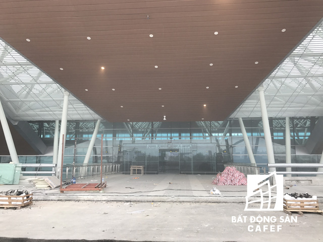 Nhà ga mới xây dựng trên diện tích 21.000 m2, diện tích sàn xây dựng 48.000 m2. Công trình nằm liền kề với nhà ga quốc nội hiện nay, được Bộ Quốc phòng bàn giao gần 12 ha đất quân sự để thực hiện dự án.