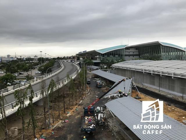 Nằm đối diện là nhà ga sân bay hiện hữu. Sau khi dự án được đưa vào sử dụng, khu vực này sẽ phục vụ các chuyến bay nội địa.