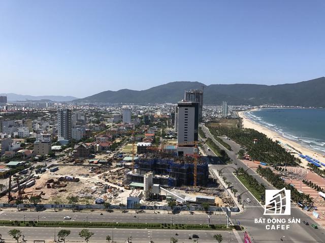 Phía tuyến đường Phạm Văn Đồng chạy dọc bãi biển tới bán đảo Sơn Trà, dự án khách sạn 5 sao cũng đã bắt đầu mọc lên.