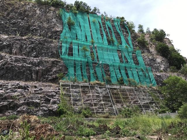Những sườn núi đã bị xẻ để làm biệt thự được che chắc rất thô sơ, gây nguy hiểm cho người dân khi có mưa to gió lớn