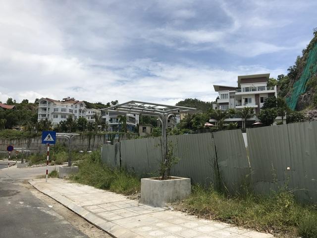 Rất nhiều biệt thự nhìn xuống Vịnh Nha Trang được xây đẹp mắt nhưng không có người vào ở.