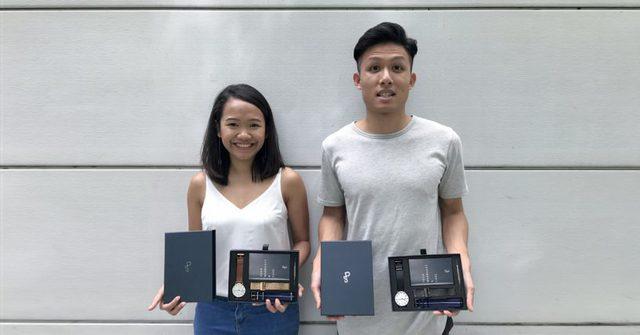 Mandelena Koh và Poh Shen chụp hình với sản phẩm đồng hồ Every Watch.