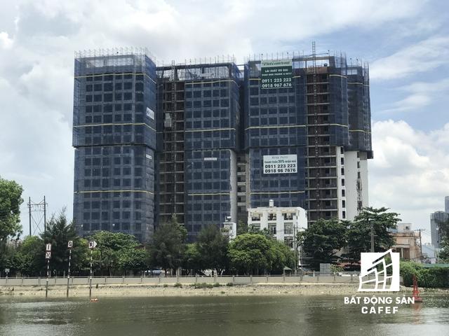 Dự án Riva Park của Vietcomreal hiện đã được cất nóc, đang trong giai đoạn hoàn thiện căn hộ để bàn giao cho khách hàng. Đại diện công ty Vietcomreal cho biết, tiến độ dự án nhanh hơn 2 tháng, do vậy sẽ bàn giao nhà sớm hơn dự kiến.