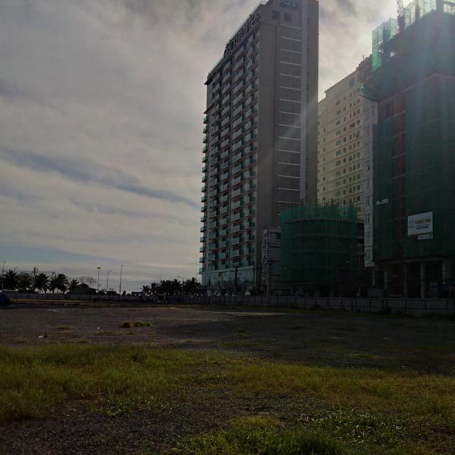 Dự án khách sạn đang mọc lên như nấm sau mưa tại Đà Nẵng. Trong bán kính khoảng 1km từ đường Phạm Văn Đồng - Võ Nguyên Giáp ken chặt dự án lớn nhỏ.