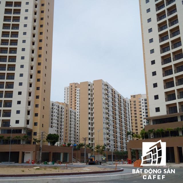 Nằm mặt tiền đại lộ Mai Chí Thọ, khu tái định cư bên trong đô thị Thủ Thiêm đang dần thành hình với hàng loạt tòa nhà được xây dựng quy mô, bề thế nằm san sát nhau.