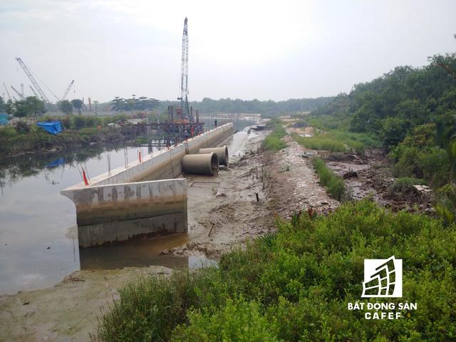 Hiện trạng công trường thi công bờ kè bê tông xung quanh bờ sông của dự án.