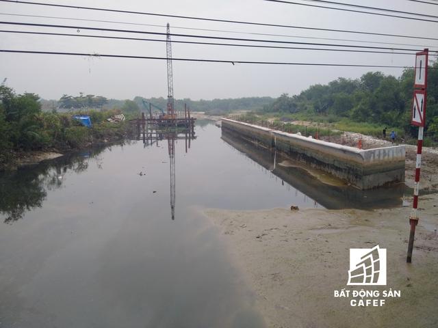 Tại Mũi Đèn Đỏ giao nhau giữa sông Sài Gòn và sông Nhà Bè, một đê bao đã được dựng lên nhưng nằm cách xa bờ đến ngàn chục mét.