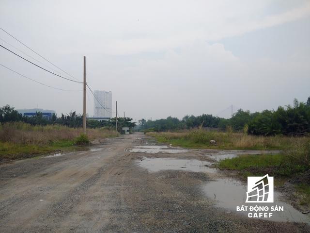 Ngay sau khi khởi công, chủ đầu tư cho xây dựng một số con đường nội bộ phục vụ cho xe chở vật liệu xây dựng và một vài đoạn kè dọc bờ sông.