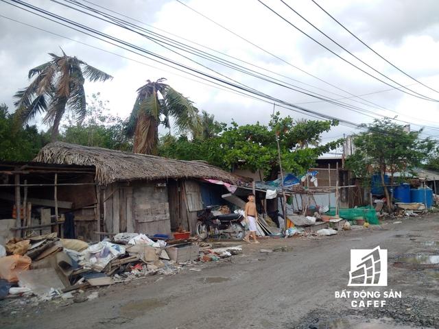 Cuộc sống tạm bợ của hàng chục hộ dân nghèo trước siêu dự án. Hàng ngày, người dân tìm kiếm vật liệu xây dựng được tập kết bên trong khu dự án để bán kiếm chút tiền sống qua ngày.