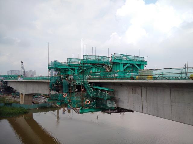 Các robot đang lao lắp dầm thông tuyến đoạn qua cầu Rạch Chiếc.