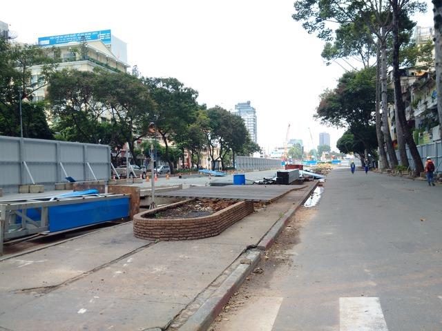 Bên trong công trường xây dựng nhà ga đoạn đường Tôn Đức Thắng kéo đến nhà hát TP.HCM (quận 1). Hiện nay robot đào đất khổng lồ đang được vận hành bên trong lòng đất.