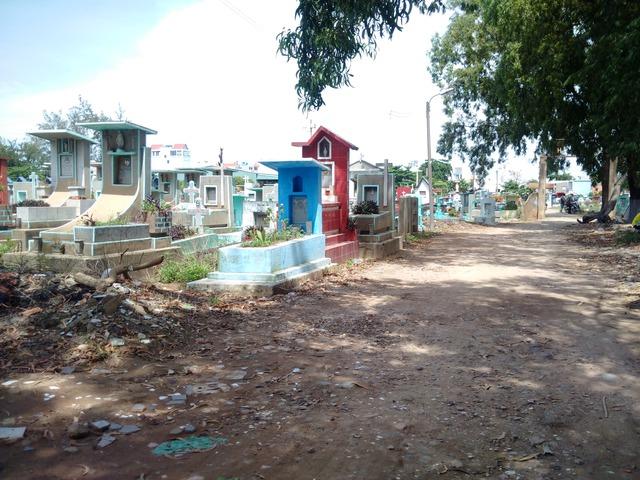 Một con các con phố mòn bao quanh nghĩa trang, dẫn vào 1 số khu dân cư đã đi vào hoạt động