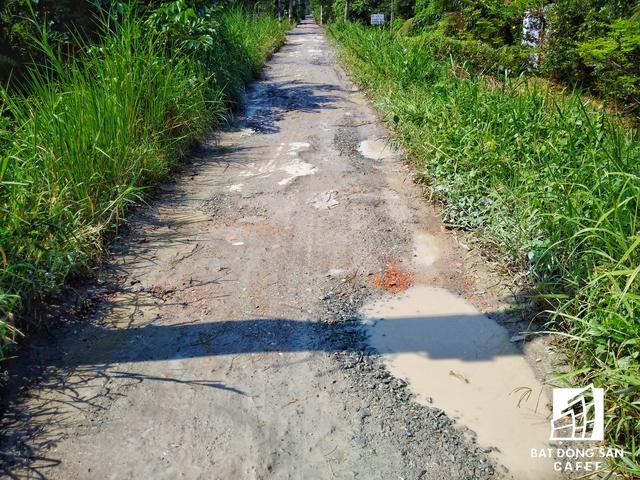 Do thuộc khu quy hoạch nên người dân không thể đầu tư xây mới hoặc sửa chữa nhà cửa. Hàng ngày phải đi lại trên những con đường rộng khoảng 1m như thế này.