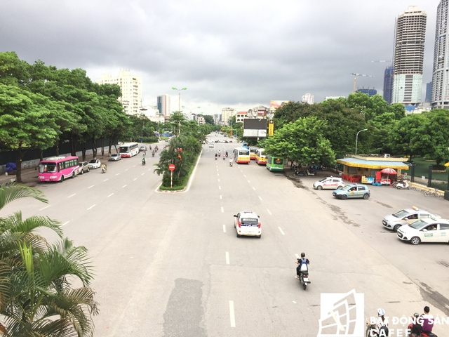 Đường Nguyễn Văn Huyên đoạn đi qua dự án.