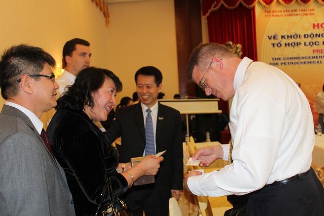 ''''' Nữ doanh nhân Phan Thị Phương Thảo tiếp xúc với đối tác nước ngoài trong một buổi họp báo về lễ khởi công dự án tổ hợp lọc hóa dầu Nhơn Hội. '''''