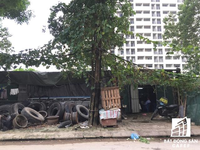 Con các con phố vào khu ký túc tiên tiến nhất thủ đô tràn ngập những dãy nhà tạm tự phát.