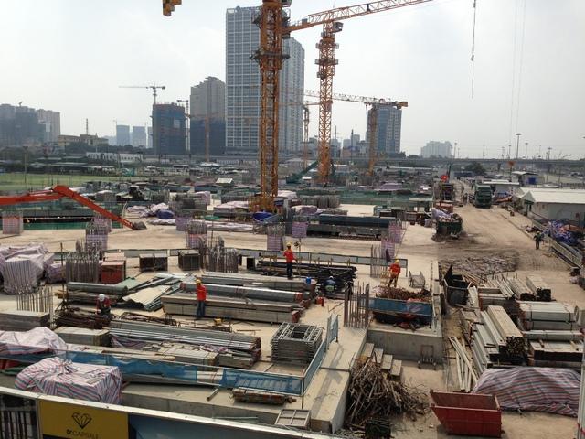 Hiện công trình bắt đầu vươn lên khỏi mặt đất sau khi xây dựng khối hầm móng.
