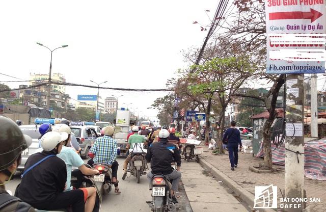 Khu vực đường Định Công thường xuyên xảy ra ùn tắc.