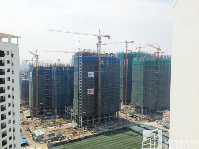 Toàn cảnh dự án đang xây dựng. Có những tòa chung cư đã xây đến tầng 24.