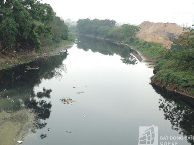Dự án QMS Tố Hữu nằm ngay cạnh dòng sông Nhuệ.