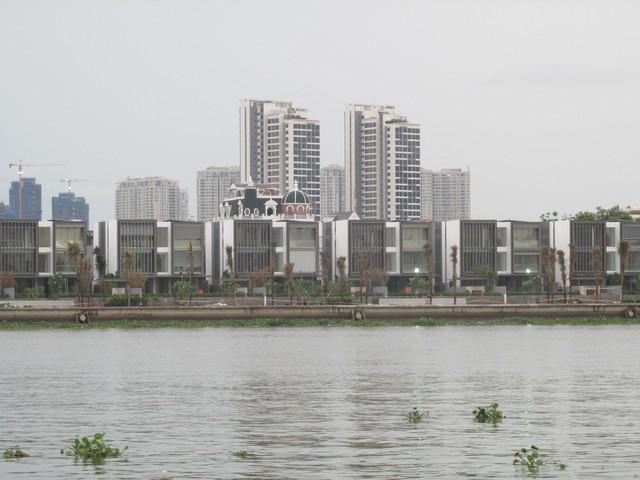Theo như chủ đầu tư giới thiệu trên các phương tiện truyền thông thì trong số 29 căn biệt thự gồm 11 căn biệt thự ven sông, 6 căn biệt thự hồ bơi và 12 căn biệt thự sân vườn.