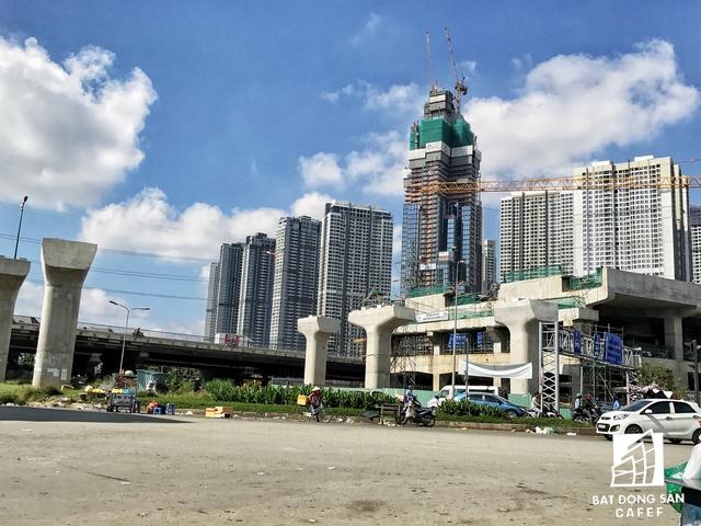 Tổ hợp chung cư này nằm ngay cạnh nhà ga metro Tân Cảng đang được đẩy nhanh tiến độ xây dựng.
