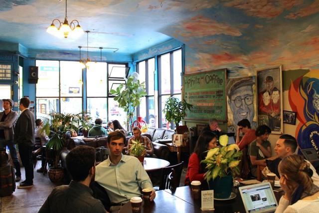 Không gian của Starbucks hay Philz Coffee thích hợp với mọi cuộc gặp gỡ.
