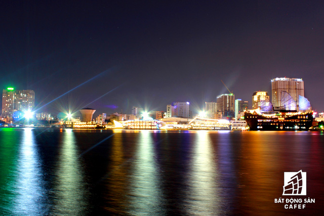 Khu vực có nhiều thuyền du lịch phục vụ ăn uống ngay trên sông Sài Gòn
