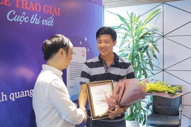 Tác giả Phan Đức Trí với giải khuyến khích của cuộc thi