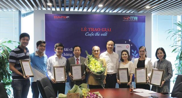 Ông Đặng Như Tùng (áo trắng thứ 4 từ phải sang) trao giải cho các tác giả