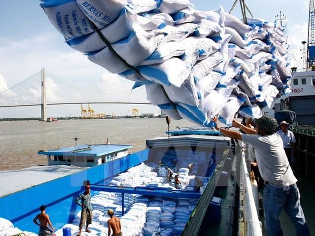 Bốc xếp gạo xuất khẩu tại cảng Sài Gòn. Ảnh: Đình Huệ/TTXVN