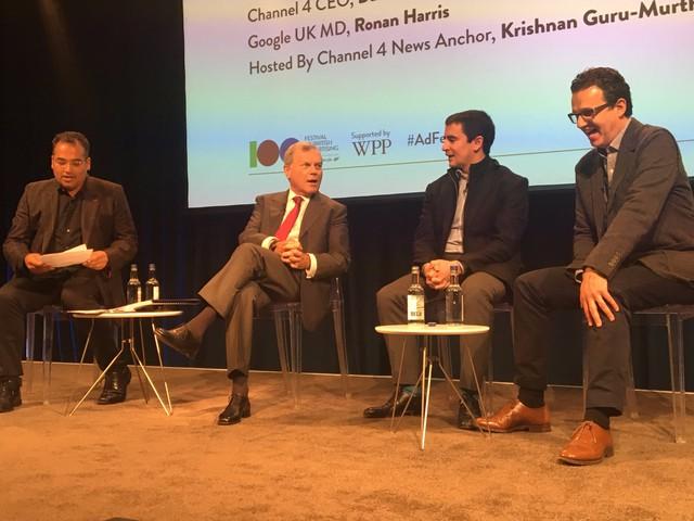 Phiên thảo luận với sự góp mặt của Sir Martin Sorrell, CEO của WPP - hãng quảng cáo lớn nhất thế giới (thứ 2 từ trái) và Ronan Harris, giám đốc điều hành Google tại Anh (thứ 2 từ phải).