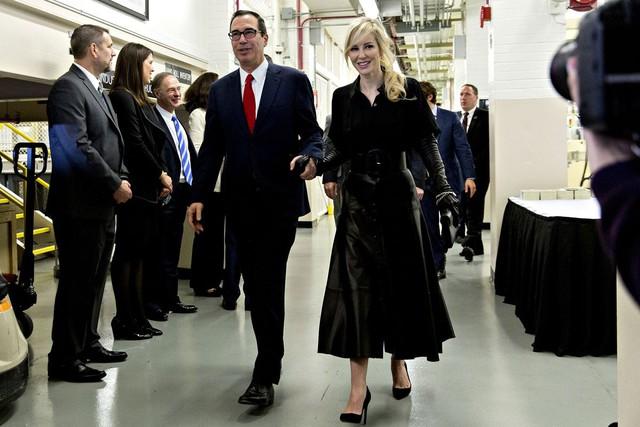 Ông Mnuchin và vợ, bà Louise Linton, trong chuyến thăm tới nhà máy in tiền.