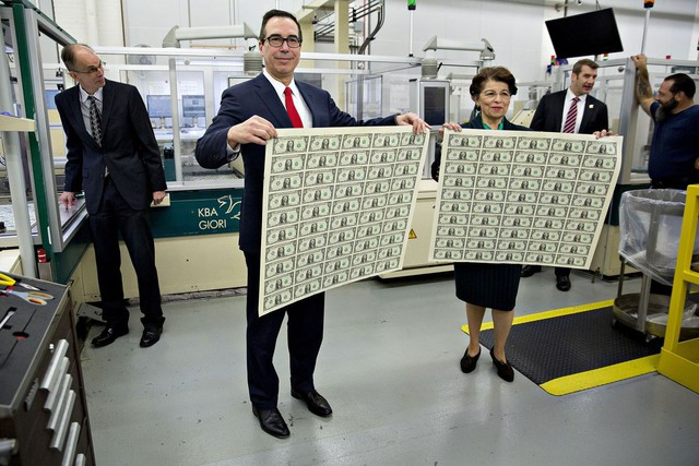 Ông Mnuchin chụp ảnh cùng tờ tiền mới và bà Jovita Carranza, Thống đốc Ngân khố Mỹ. Theo luật, tờ tiền mới cần chữ ký của Bộ trưởng Tài chính và Thống đốc Ngân khố để có thể chính thức có giá trị.